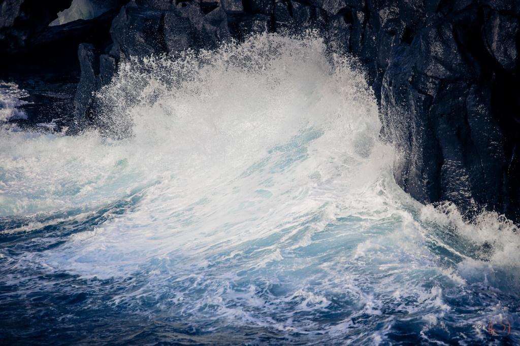 9m hoch schießt das türkisfarbene Wasser an der Felswand von Las Puntas